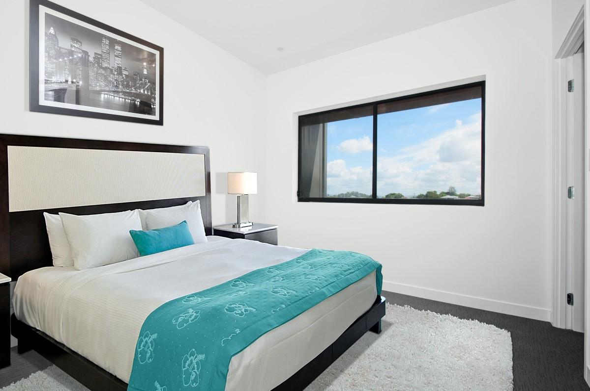 Ali je postelja pod oknom dobra rešitev za boljši spanec?